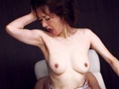 「イッちゃう〜」五十路美魔女の社長秘書が密室の中で肉体奉仕! 真梨邑ケイ