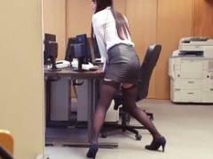 後輩が仕事中に机の角にマ○コ擦り付けながらオナニーしてるんだが…