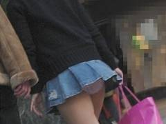 これは痴女確定!?超ミニスカ過ぎて歩くパンチラスポットと化してしまった素人娘達wwww