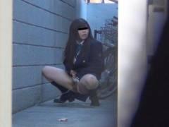 【エロ画像】羞恥心が無くなったJKさんお外で放尿して撮影されるwwwwww