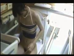 【トイレ+水着+盗撮】これは危ない市民プールの公衆便所を隠し撮り!水着ギャルのおしっこです。