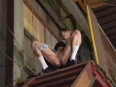工場の敷地で勝手にオシ●コを撒き散らかすJKが作業員を刺激してしまい…