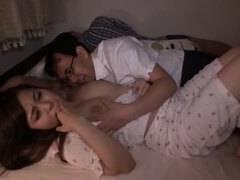 【美乳】パジャマがかわいい美乳の人妻が寝てる旦那の横で寝取られ中出しされる!