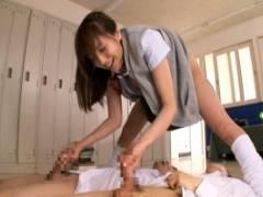 麻美ゆま ルーズソックス着衣で美尻とオナニーを見せつける巨乳娘!立ったままちんぽをダブル手コキ