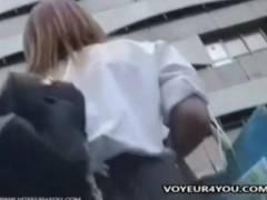 【パンチラ】学校帰りの白いブラウスのアウロリJKです!カメラ小僧が駅で逆さ撮り。