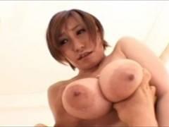 爆乳娘のバインバインおっぱいを吸い倒す宮崎あい動画