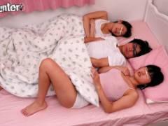 霧島さくら 笹倉杏 義姉2人と川の字で寝ていたら勃起してしまい、それに気付いた姉達が触ってきた