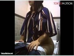 【おしっこ】セレブな美人がデパートのトイレで放尿!
