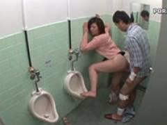 【エロ動画】男子トイレでチンコ突かれて喘いでる奥様