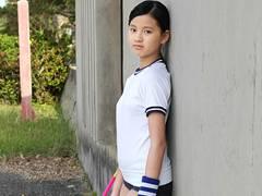 南国にいる幼女のような小6ジュニアアイドル椿美衣奈ちゃんの発育がよすぎる極小水着イメージビデオ