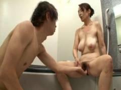 園田ユキ 垂れ巨乳がすっごくエロい四十路お母さん、マザコン息子とお風呂で近親相姦