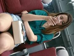 電車座席→太もも剥き出しで脚を組んでるエロいお姉さんをスマホで盗撮してる画像まとめ47枚!