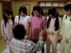 【ロリ】「先生には内緒だぞ?」小●校の女子水泳部の合宿でお泊り中のJSたちが就寝時間に宿泊客のおっさんと一線超えちゃうw