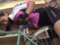 澁谷果歩 Kカップ超乳を持つサイクリングウェアのスポコス娘!自転車に乗りながら着衣セックスで中出し