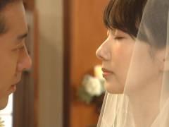 波瑠さん、ウエディングドレスのパツパツな胸元。