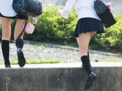 【ふともも写真の世界展】制服を短くして生足を見せびらかす女子校生は無邪気な顔して男を勃起させてくれますwww