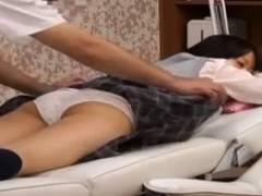 【JKロリ】スカート捲ってパンツ丸出し!女子校生にエッチなリンパマッサージ