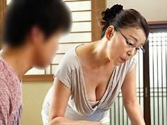 青井マリ メガネを掛けた五十路の家庭教師が巨乳からの胸チラで教え子を誘惑!