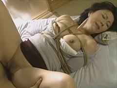 円城ひとみ 縄で縛られて下半身を濡らす巨乳叔母(四十路)が甥に寝取られる官能的な世界