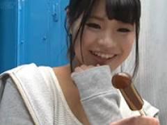 【エロ動画】出会いが少ない女の子がチンコ型の飴を見て困惑
