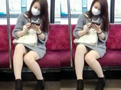 【通勤パンチラ】空いている電車でパンチラ女子を見つけて激写w