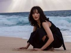 綾瀬はるか、黒の水着姿を「トドみたい」と発言し話題の写真集。