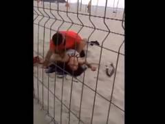 【個人撮影】真昼間のビーチでガチムチ男に犯されてる女を撮影した衝撃映像!