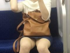 電車パンチラ画像 スマホに夢中になり過ぎてパンツ見えてるのに気付かない女多すぎwwww