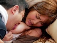 榎本美咲 美人で若い人妻が宅配業者の男に淫乱な女だと思われ自宅内で無理矢理レイプされてしまう!