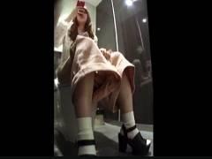 【おしっこ+トイレ+盗撮】キュロットパンツのセクシーギャル!ビルの洋式便所でウンコしてます。