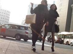 なんてエロいんだ…!!抜ける!!街撮り脚フェチ並んで歩く黒パンスト短パンとミニスカ女性追い抜いて正面撮り!出ました!!