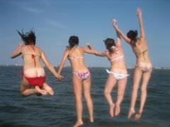 【悪乗り女子画像】女同士でおふざけしてパンチラや胸チラのエッチな写真を撮った素人娘達www
