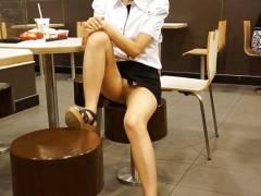 【ノーパン】スカートをたくし上げ時の男の反応が好きな変態女さんがやる事がコレ。(32枚)