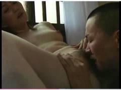 【おっぱい】ヘンリー塚本・とてもエロい母子相姦!お母さんのオマンコを息子がクンニです。