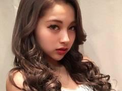 """ゆきぽよ、ミニの制服&ルーズ""""のギャル風JKショット。"""
