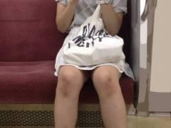 電車パンチラ画像 スカートの中が暗闇になってて見えそうで見えない絶妙なパンチラ画像集めてみました