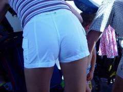 【透けパン 女性】お尻に食い込んで張り付いたパンティライン丸見えな女性達がコチラwww