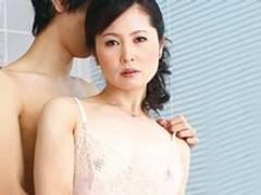 息子より息子の友達を選び濃密セックスに溺れる四十路母 三井茜