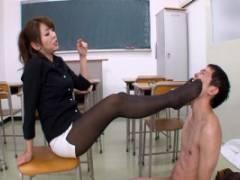結城みさ 巨乳女教師のむっちりストッキング太ももの足コキ調教ですっかり骨抜きの転校生に小便体罰