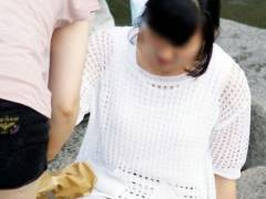 座りパンチラ画像 逆三角に露出したパンティーラインがスケベな素人娘をこっそり隠し撮りwwww