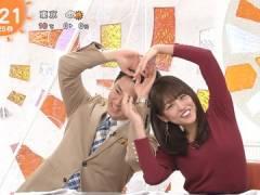 岡副麻希さんがニットで胸元を強調してみる。