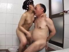 おじさんのハゲ頭まで舐めまわすロリ貧乳美少女