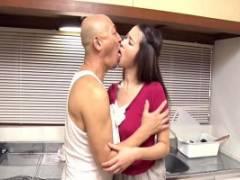 新井梓 美人な奥さんが近親相姦!キッチンで父と濃厚キスから体を求められる人妻