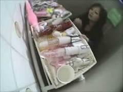【素人盗撮】トイレに大人のおもちゃ置いといたらムチムチ女子がバイブでオナニー始めました