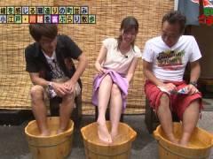 モヤさま田中瞳アナ、胸元チラ見えとかパンチラ寸前とか。