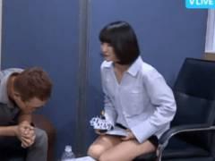 【※GIFあり】アイドルまんさん、インタビュー中にホットパンツの隙間からマン毛晒す快挙wwwwwwwwwwwwwwwwwww