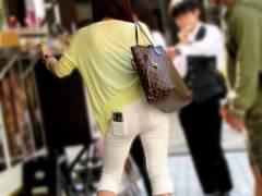 パンチラしながら街を闊歩しちゃってる素人女wwww ここまで透けてると何色の下着はいてるのかバッチリわかるよなwwww