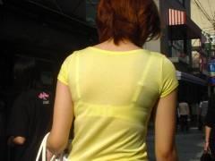 【透けブラ盗撮エロ画像】自覚してるんですか?ホックからブラ紐から柄まで見える透けすぎブラジャー女ww