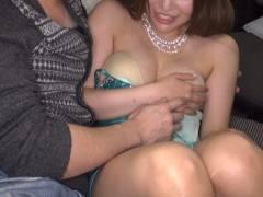 【エロ画像】キャバ嬢さんおっぱいをガッツリ揉まれても笑顔で受け流すセクハラ画像wwwww