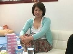笹山希 真面目で大人しそうな美巨乳の36歳の人妻を部屋に連れ込み、生ハメ中出し!